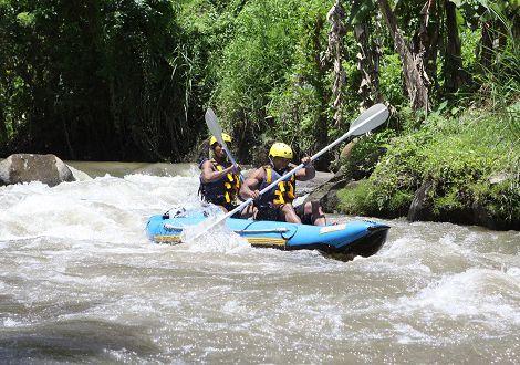 canoé sur la rivière à bali