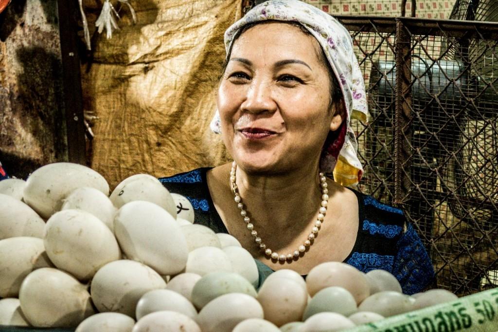 Vendeuse au marché de Cho Thanh Cong à Hanoï