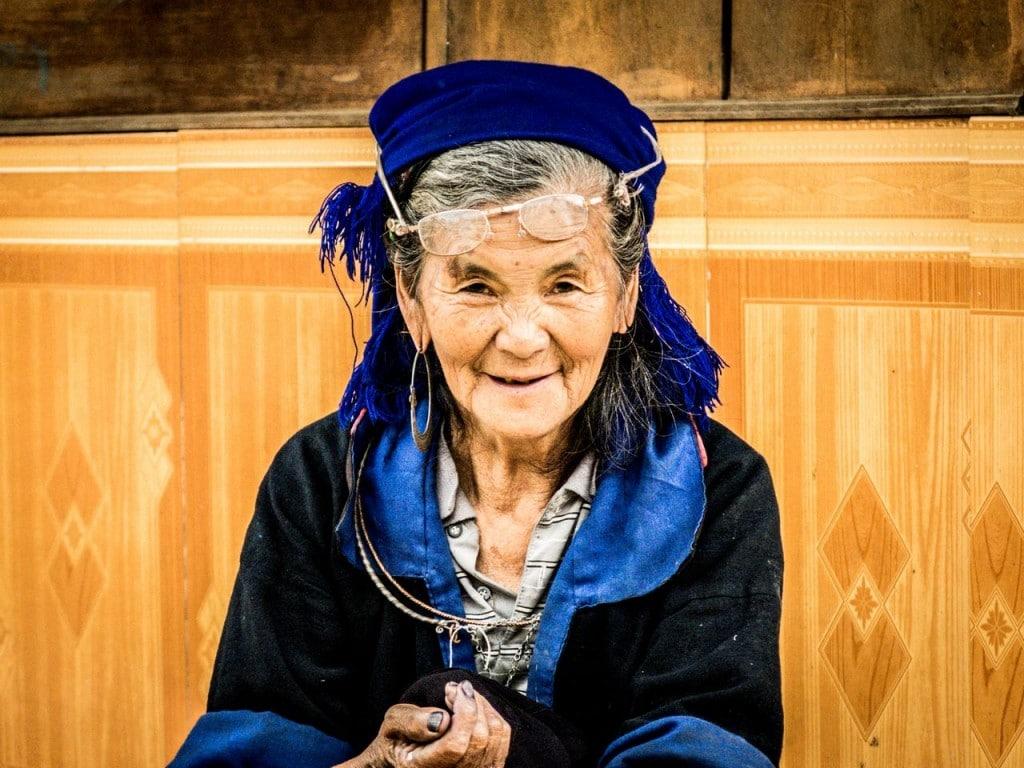 Grand-mère Hmong bleue